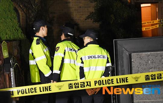 Cảnh sát phong tỏa hiện trường để điều tra.