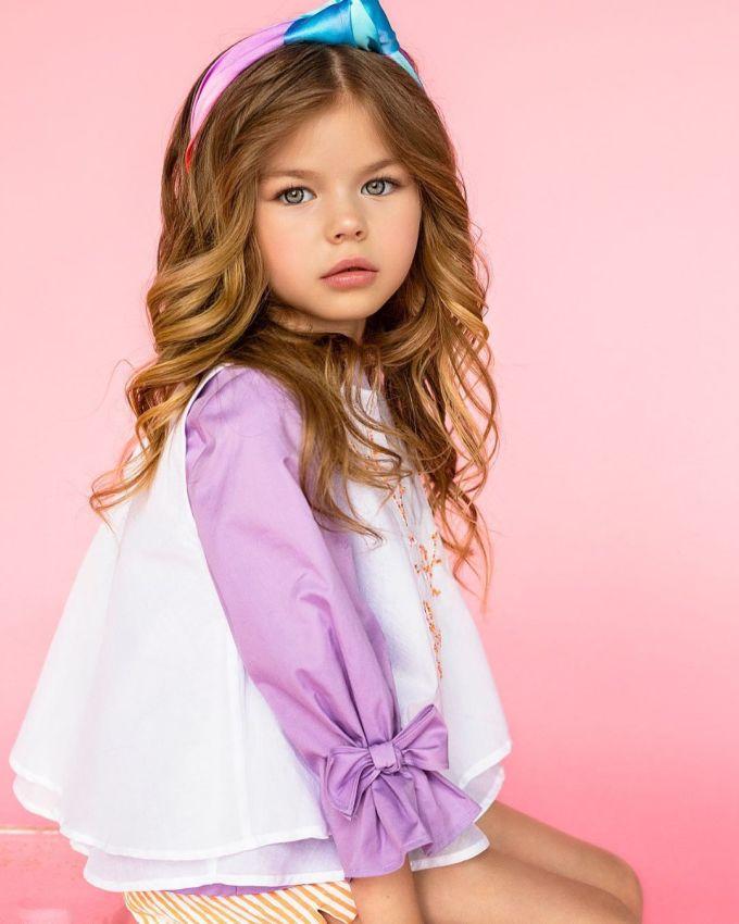 <p> Alina làm người mẫu từ khi 4 tuổi, tạo dựng tên tuổi bằng cách xuất hiện trong chiến dịch thời trang của các nhãn hiệu Monnalisa Kids (Italy), Yudashkin Kids (Nga) và Gloria Jeans. Cô bé cũng làm mẫu trên những trang bìa của Instyle và Grazia.</p>