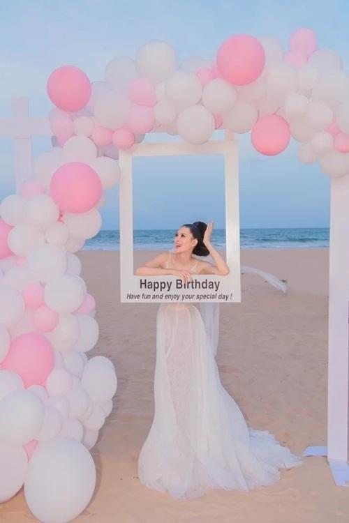 Người đẹp được yêu thích nhất của Hoa hậu Hoàn vũ Việt Nam 2015 được chị  gái tổ chức tiệc buffet trên bãi cát. Hoa tươi, bóng bay do ê-kíp hơn  10 người chuẩn bị từ sáng sớm đến sát giờ tổ chức.