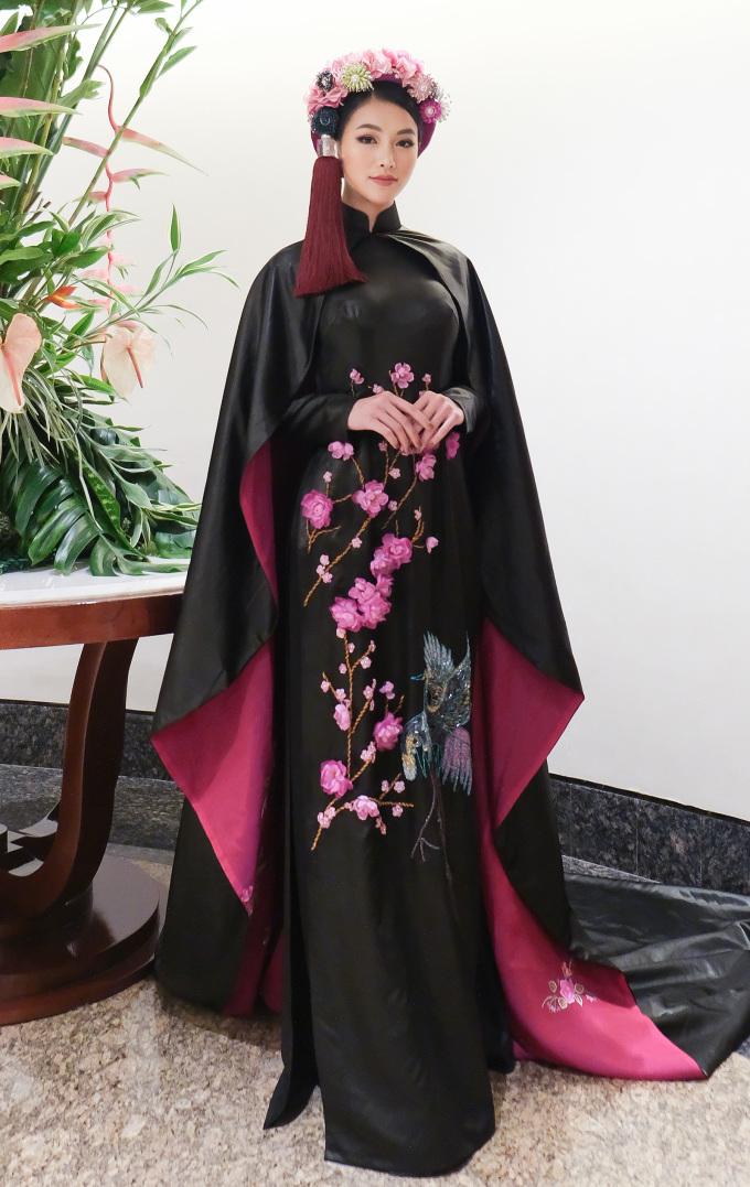 <p> Hoa hậu Phương Khánh xuất hiện ở vị trí giám khảo với diện mạo nổi bật. Cô chọn áo dài truyền thống phù hợp với tính chất đêm thi. Bộ áo dài được thiết kế khá hoành tráng gồm phần áo dài và áo choàng.</p>