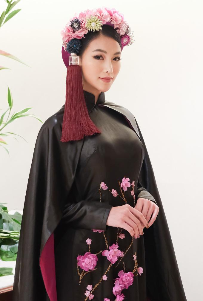 """<p> Trên nền đen của chất liệu vải Lãnh Mỹ A của phương Nam, NTK Võ Việt Chung đã """"họa"""" lên hình ảnh con cò và những cánh đào phuơng Bắc.</p>"""