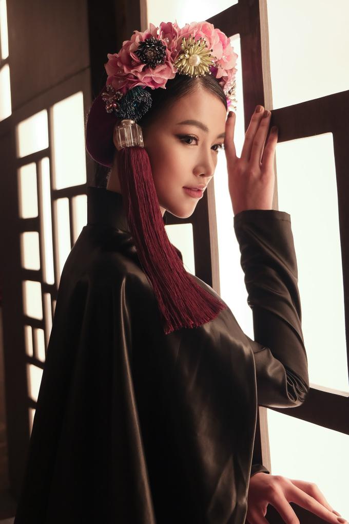 <p> Mang ý nghĩa Nam - Bắc thống nhất, ý tưởng tạo nên một tuyệt tác nghệ thuật. Phương Khánh tự hào khi mặc nó, để giới thiệu với bạn bè năm châu về quốc phục của dân tộc Việt Nam.</p>