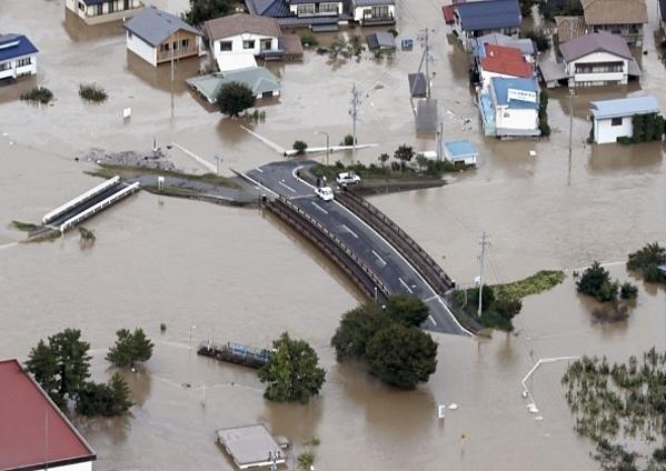Một con đường ở Nagano, miền trung Nhật Bản, bị nhấn chìm sau khi nước sông Chikuma dâng cao. Ảnh: Kyodo.
