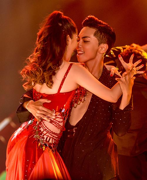 Cả hai thể hiện những bước nhảy điêu luyện và có những khoảnh khắc say đắm ngọt ngào trong 'Vũ khúc Flamenco'.