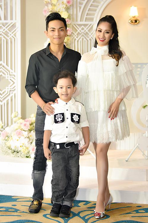 Trong một sự kiện tại TP HCM vào cuối tuần qua, Khánh Thi bất ngờ tái xuất sân khấu cùng ông xã Phan Hiển.