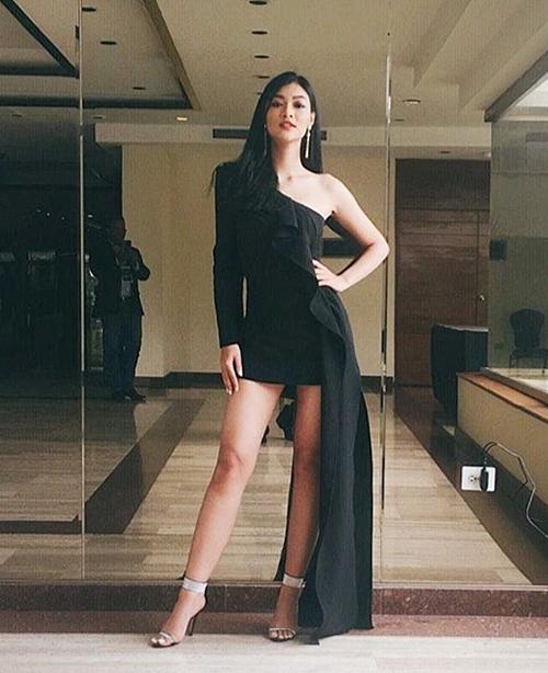 Các thiết kế váy bất đối xứng khoe chân giúp Kiều Loan trông nữ tính nhưng vẫn hiện đại, không quá rườm rà khi tham gia các hoạt động.