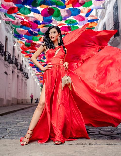 Trong thử thách chụp hình cùng váy đỏ, trong khi nhiều thí sinh diện váy đuôi cá, váy ôm khá khó cử động, Kiều Loan quyền lực với thiết kế xẻ tà cao, tạo cảm giác đôi chân thon dài hơn.