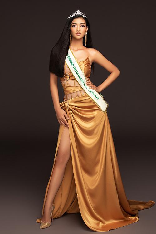Từ lúc công bố trở thành đại diện Việt Nam ở Miss Grand International 2019, Kiều Loan đã cho thấy sở thích với váy xẻ tà cao.