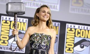 Đạo diễn 'Thor 4' muốn khai thác chuyện 'Thần Sấm bị ung thư vú'