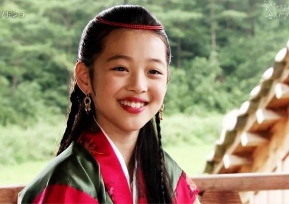 Bộ phim cổ trang Ballad Of Seo Dong (Bài Ca Seo Dong) là bước đệm giúp Sulli gia nhập làng giải trí. Khi mới 11 tuổi, nữ thần tượng được giao vai thời thơ ấu của công chúa Seon Hwa (Lee Bo Young). Nụ cười tươi tắn, ngoại hình ấn tượng nên Sulli nhanh chóng trở thành diễn viên nhí được quan tâm của màn ảnh Hàn. Trên phim trường, cô nàng thường hát những lúc nghỉ ngơi và được mọi người khuyên nên đi thử giọng. Sulli kí hợp đồng với công ty SM và được giám đốc Lee Soo Man ưu ái.