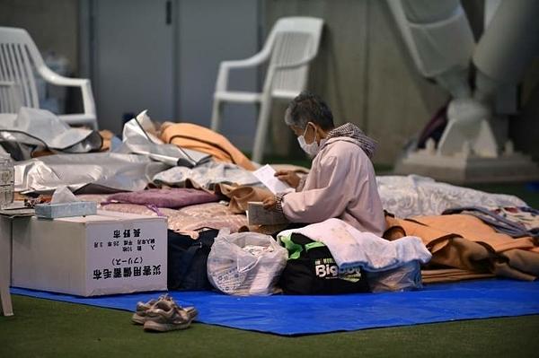 Một người cao tuổi tại nơi trú ẩn ở Nagano, hôm 14/10, hai ngày sau khi cơn bão Hagibis đi qua. Ảnh:AFP.