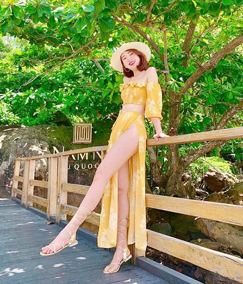 Có đôi chân thẳng dài, Thúy Ngân là fan của những chiếc váy xẻ tít tắp khoe đùi dù kiểu váy này rất dễ khiến cô bị hớ hênh.