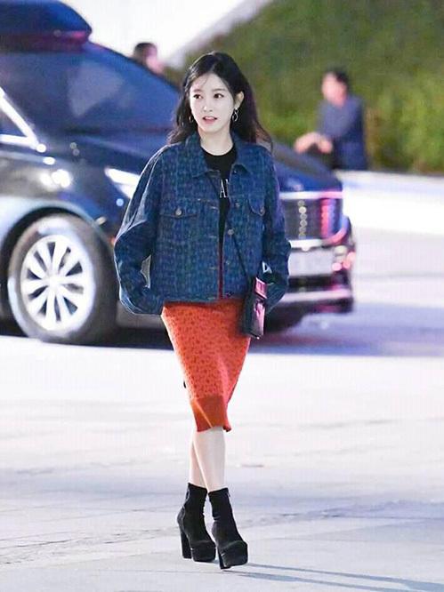 So Yeon lần đầu tham dự sự kiện sau 3 năm tạm dừng hoạt động. Thành viên T-ara ăn gian chiều cao bằng đôi giày đế khủng.
