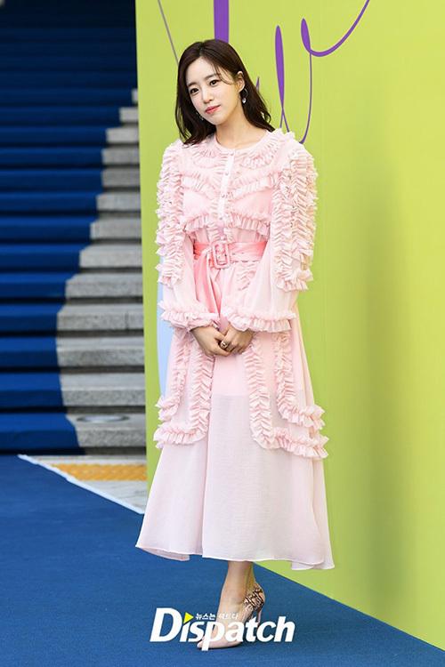 Eun Jung (T-ara) diện cả cây hồng bánh bèo.