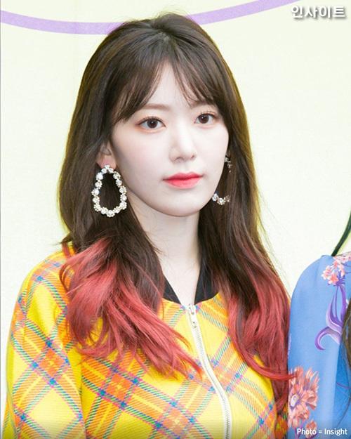 Sakura không hề khiến fan thất vọng khi lần đầu tham dự Tuần lễ thời trang Seoul. Nữ ca sĩ sang trọng với hoa tai to bản, tóc ombre đỏ cực nổi bật.