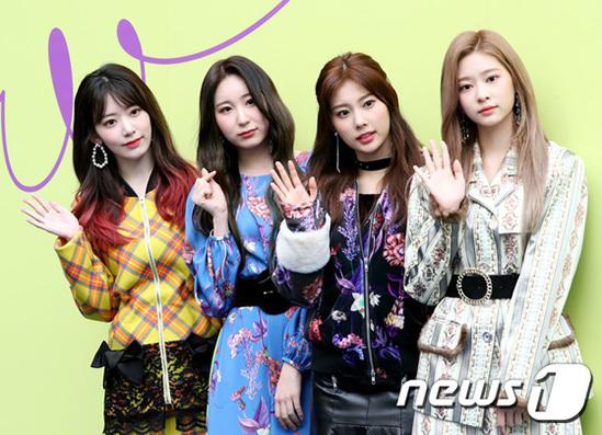 Ngày 16/10, 4 thành viên IZONE tham dự Tuần lễ thời trang Seoul - sự kiện thời trang được quan tâm bậc nhất trong năm. Các cô gái xuất hiện trong những bộ cách rực rỡ màu sắc, thu hút mọi ống kính bằng visual đỉnh cao.