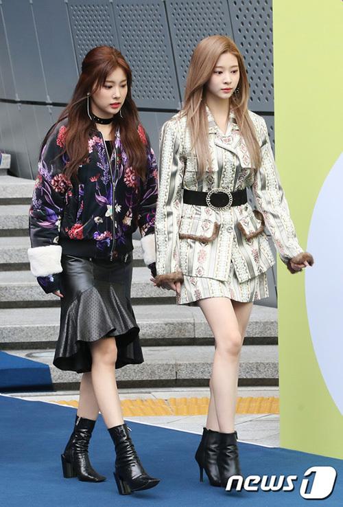 Kang Hye Won (trái) và Kim Min Joo chọn trong phục theo style sang chảnh kết hợp với boost cá tính. Min Joo khoe đôi chân dài và tỉ lệ cơ thể đáng ngưỡng mộ.