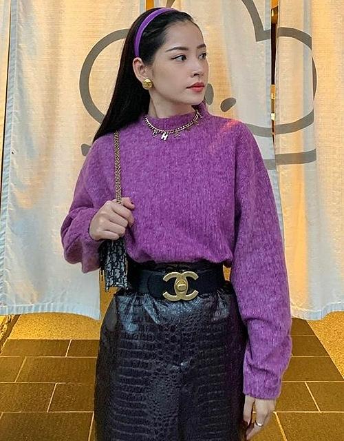 Trong chuyến du lịch Nhật Bản mới đây, Chi Pu khoe loạt trang phục ấn tượng. Nữ ca sĩ chinh phục tông tím - gam màu một thời bị xem là sến sẩm nhưng đang trở lại gây sốt mạnh mẽ ở Vbiz năm nay. Diện áo len tím hoa cà, Chi Pu cao tay khi kết hợp cùng loạt phụ kiện cổ điển như băng đô tông xuyệt tông, túi kẹp nách và thắt lưng Chanel vintage.