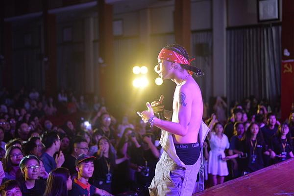 Mr.A mặc trang phục lộ nội y trên sân khấu.