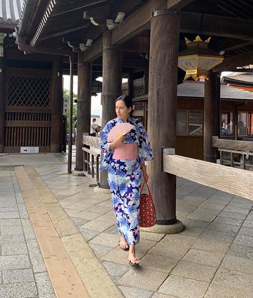 Mai Phương Thúy được nhận xét là giống hệt... mẹ của Nobita khi mặc kimono.