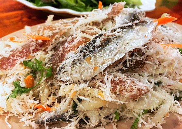 Gỏi cá trích được làm từ thịt cá trích phi lê trộn với hành tây, rau thơm, dừa nạo... cho vị thơm ngon.Ảnh: Nguyễn Hà.