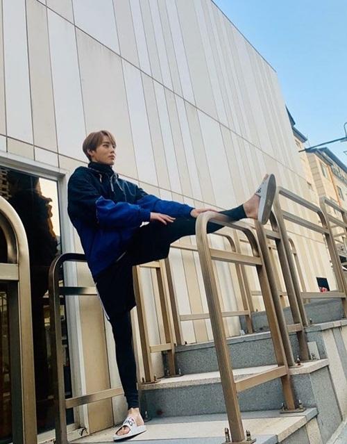Ha Sung Woon khoe hình ảnh khỏe khoắn trong bộ đồ thể thao, chăm chỉ tập luyện.