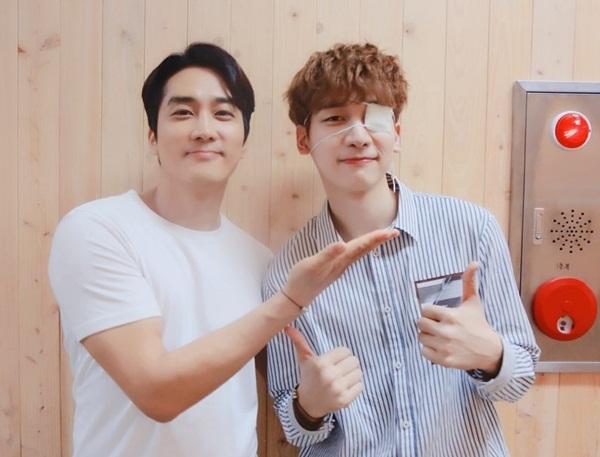 Hyuk (VIXX) chụp ảnh cùng đàn anh Song Seung Hun (trái) trong buổi tiệc đóng máy của đoàn phim The Great Show.