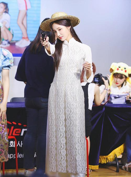 Yeon Woo (Momoland) được khen mặc áo dài còn đẹp hơn cả đồ sexy.