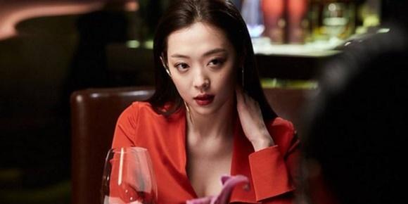 Những bê bối về đời tư khiến Sulli tạm dừng sự nghiệp diễn xuất trong suốt 2 năm. Cô nàng tái xuất với bộ phim Real - tác phẩm gây tranh cãi nhất trong sự nghiệp. Đây cũng là tác phẩm cuối cùng trước khi nhập ngũ của Kim Soo Hyun nên nhận được sự quan tâm đặc biệt. Sulli vào vai chuyên viên trị liệu Song Yoo Hwa có mối quan hệ tình cảm đặc biệt với nam chính. Sulli và Kim Soo Hyun có một cảnh nóng gây tranh cãi trên màn ảnh và nữ ca sĩ chấp nhận khỏa thân. Bộ phim có kinh phí sản xuất hơn 10 triệu USD nhưng chỉ thu về 3 triệu USD.