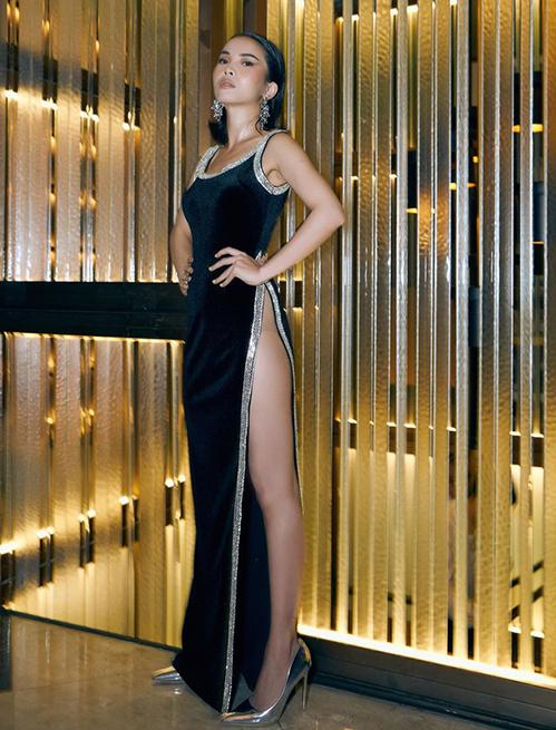 Những chiếc váy xẻ cao tít tắp khoe hông trước đây là trang phục bị nhiều người ném đá. Tuy nhiên càng ngày, nó càng xuất hiện nhiều cùng các mỹ nhân Việt ở sự kiện. Yến Trang mới đây dự show thời trang với chiếc váy xẻ đến rốn rất táo bạo.
