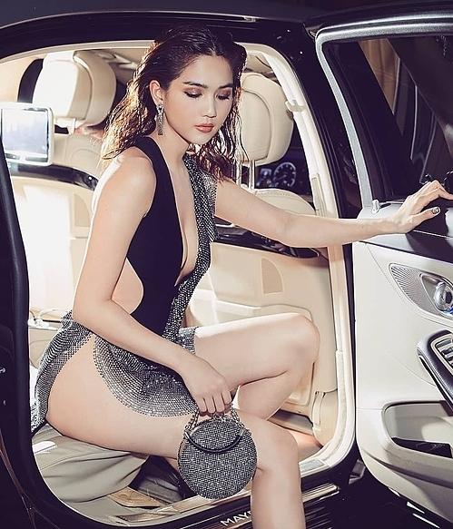 Bộ đồ của Ngọc Trinh bị ví với bikini cũng vì phần váy xẻ khoe trọn vòng ba của người đẹp.