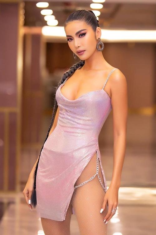Vốn theo đuổi phong cách sexy, Minh Tú không ngại diện những kiểu mốt thiếu vải. Bộ váy với đường xẻ mạnh tay cô diện gần đây khiến không ít khán giả phải nơm nớp.