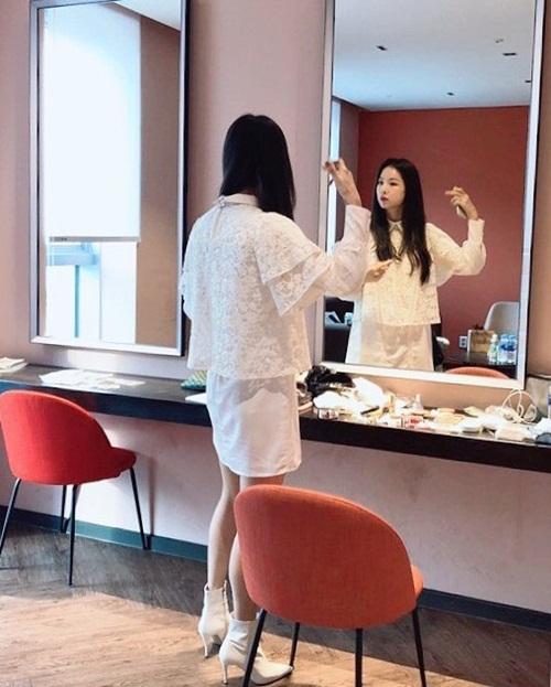 Sol Ji (EXID) tút tát trong hậu trường trước sự kiện.