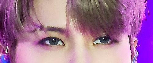 Đôi mắt cuốn hút này là của nam idol Kpop nào? (3) - 5