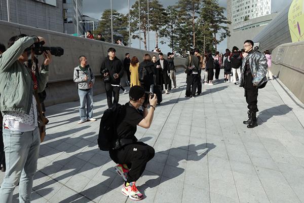 Sự xuất hiện của Ti Ti thu hút một số nhiếp ảnh gia Hàn Quốc.