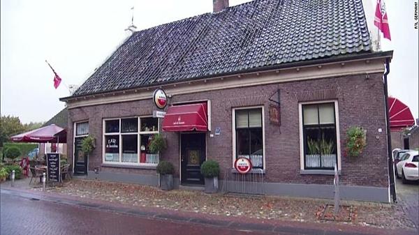Chàng trai 25 tuổi ghé qua quán bar Café de Kastelein nhiều lần trước khi nhờ chủ quán hỗ trợ.
