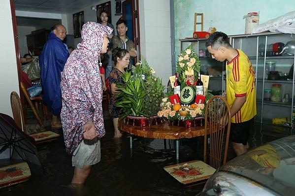 Cặp đôi dùng phao chở sính lễ vì ăn hỏi ngày mưa ngập - 2