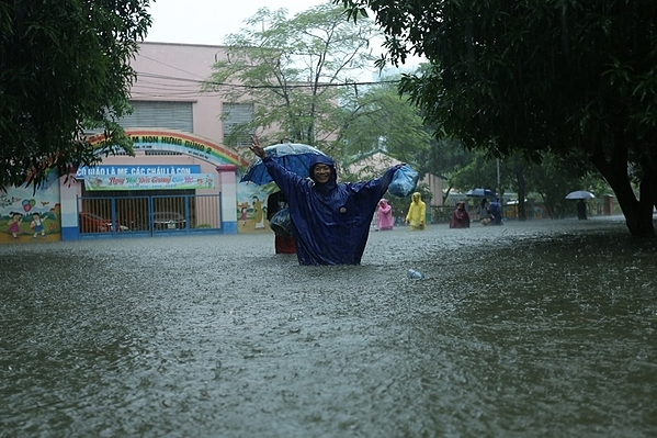 Nhiều nơi nước ngập ngang hông.