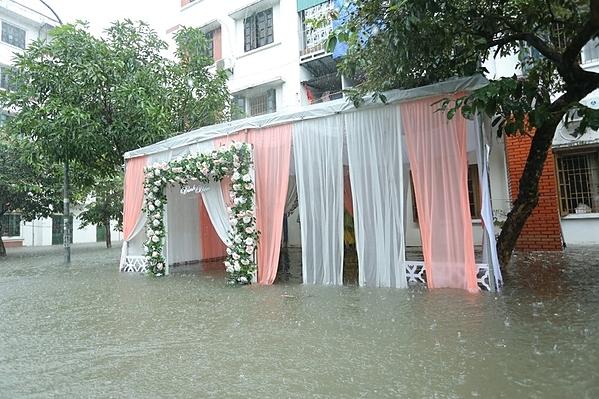 Cảnh tượng ngập lụt tại nhà cô dâu.
