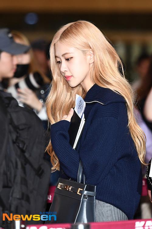 Jennie khiến fan lo vì biểu cảm khó hiểu ở sân bay - 5
