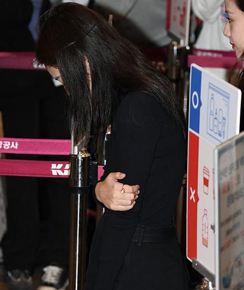 Jennie khiến fan lo vì biểu cảm khó hiểu ở sân bay - 1