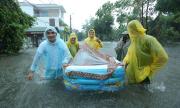 Cặp đôi dùng phao chở sính lễ vì ăn hỏi ngày mưa ngập
