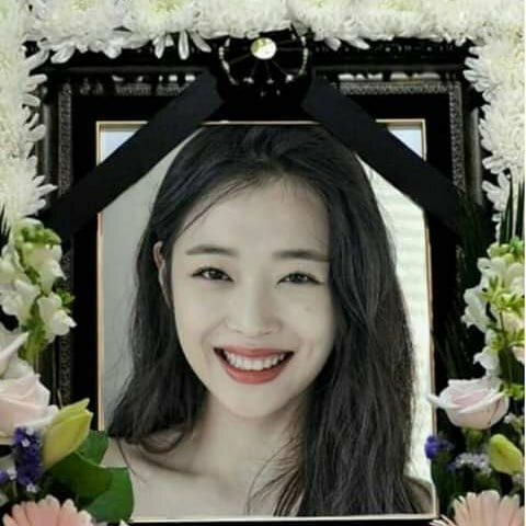 Fan đặt ảnh Sulli tại khu tưởng niệm nhà tang lễ.