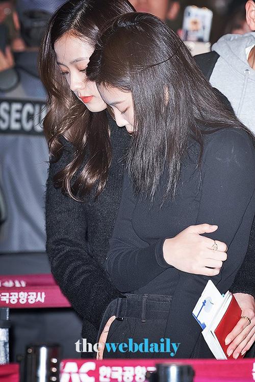Ji Soo đến bên cạnh để giúp đỡ, an ủiJennie.