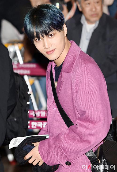 EXO cũng ra sân bay sang Nhật để tổ chức concert. Kai nổi bật với mái tóc xanh.