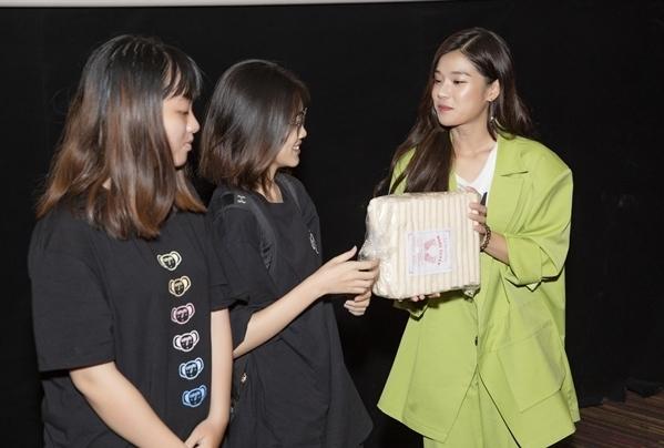 Hoàng Yến Chibi mang đến một thử thách cho fan khi đố câu hỏi về tình tiết trong phim để xem mọi người có độ tập trung đến mức nào. Đi kèm đó sẽ là một món quà bí mật để tặng cho fan trả lời đúng nhất.