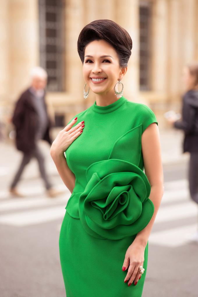 <p> Nữ diễn viên cho biết trong mỗi chuyến du lịch, cô luôn chú tâm phải ăn mặc thật đẹp. Việc mặc đẹp, đúng thời điểm, hợp mốt giúp cô tự tin, có thêm nguồn năng lượng và thể hiện sự tôn trọng với người đối diện.</p>