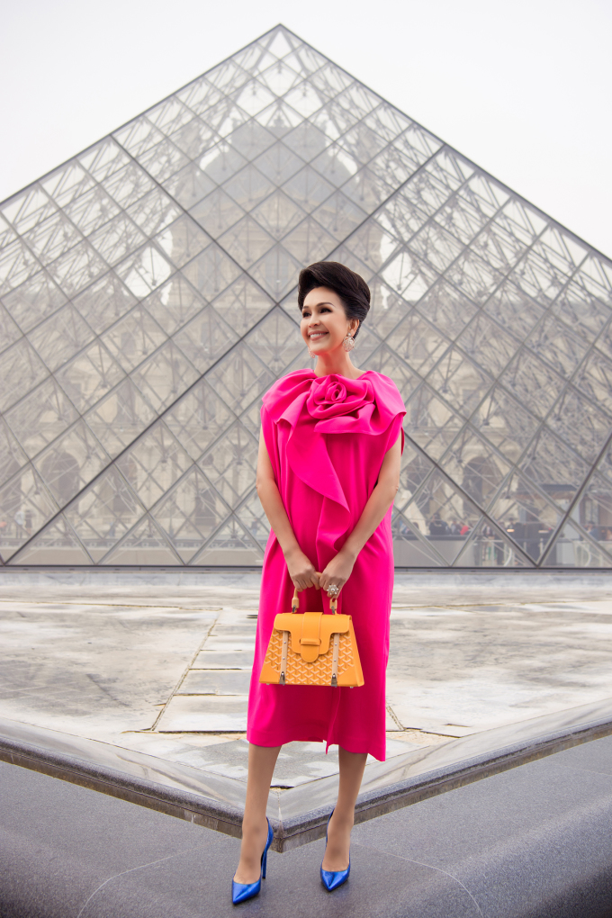 """<p> Bộ váy tông hồng ngọt ngào cũng giúp """"nữ hoàng ảnh lịch"""" ăn gian tuổi khéo léo.</p>"""