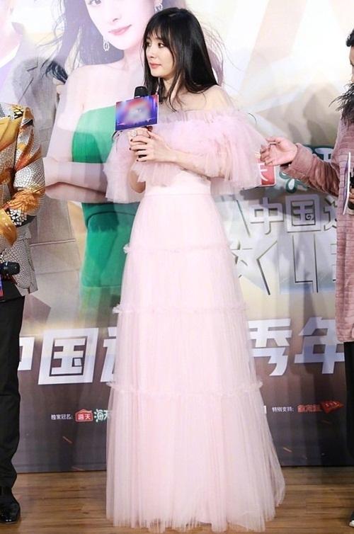 Chiều 16/10, Dương Mịch xuất hiện trong một sự kiện với bộ đầm dài trễ vai màu hồng phấn, kết hợp kiểu tóc mái thưa để tạo diện mạo trẻ trung.