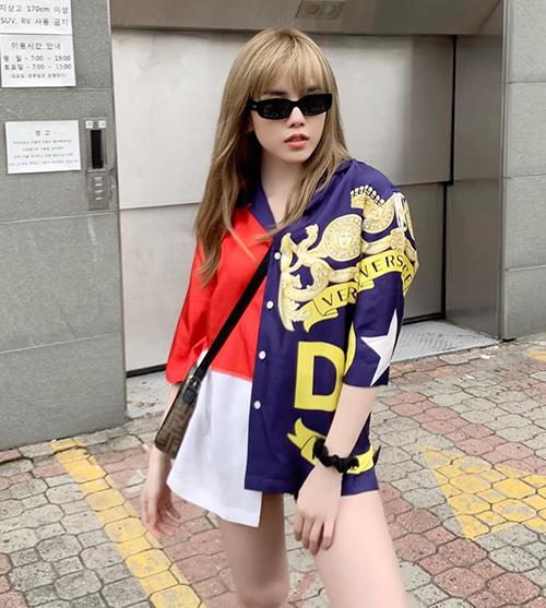 Thiều Bảo Trâm mặc áo mỗi bên một màu cool ngầu trên phố.